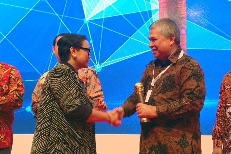 Menteri Luar Negeri RI Retno Marsudi memberikan trofi kepada Duta Besar Indonesia untuk Mesir Helmy Fauzi dalam acara penghargaan Trade Expo Indonesia Rabu (24/10/2018).