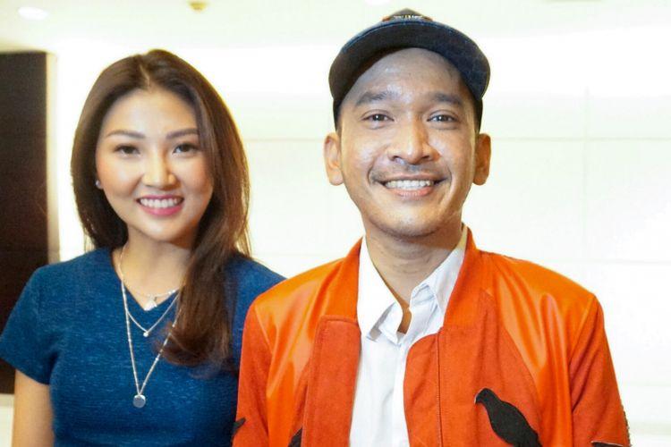 Pembawa acara Ruben Onsu bersama sang istri Sarwendah Tan saat menghadiri jumpa pers film Bus Om Bebek di gedung Pusat Perfilman H. Usmar Ismail (PPHUI), Kuningan, Jakarta Selatan, Rabu (28/3/2018).