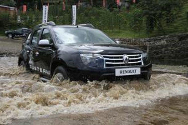 Renault Duster 4X4 saat menerabas genangan air yang cukup tinggi.