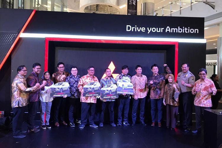 Perwakilan konsumen yang memenangkan Gebyar Hadiah Akhir Tahun dari diler-diler Mitsubishi di seluruh Indonesia.