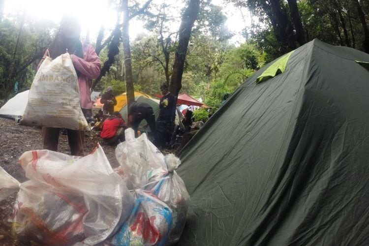Seorang pendaki Gunung Gede Pangrango Jawa Barat tengah mengumpulkan sampah di dalam kawasan konservasi untuk kembali dibawa turun. Sayangnya, masih ada oknum pendaki yang meninggalkan jejak sampah di gunung.