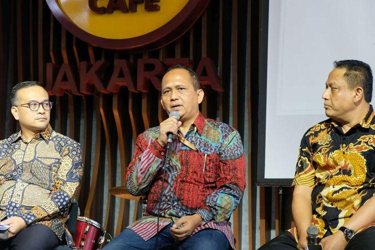 Kombespol Parlindungan Silitonga dari Kasubdit IV Direktorat Tindak Pidana Tertentu Bareskrim Polri berbicara di depan wartawan pada acara konferensi pers kerja sama pemegang hak siar Liga Inggris, Mola TV, dengan Matrix TV dan MIX di Jakarta, Kamis (18/7/2019).