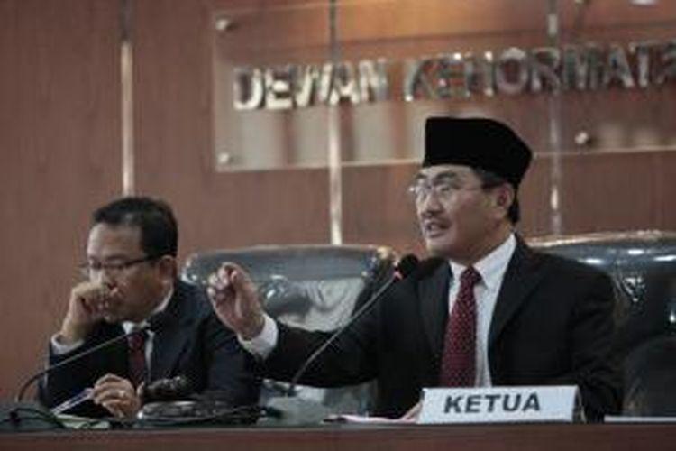 Majelis Dewan Kehormatan Penyelenggara Pemilu yang dipimpin, Jimly Asshiddiqie (kanan) melanjutkan sidang dugaan pelangaran etik anggota Komisi Pemilihan Umum di Kantor DKPP, Jakarta, Selasa (26/3/2013). Sidang lanjutan berlangsung dengan agenda membacakan tanggapan dari KPU sebagai pihak teradu. KOMPAS/LUCKY PRANSISKA