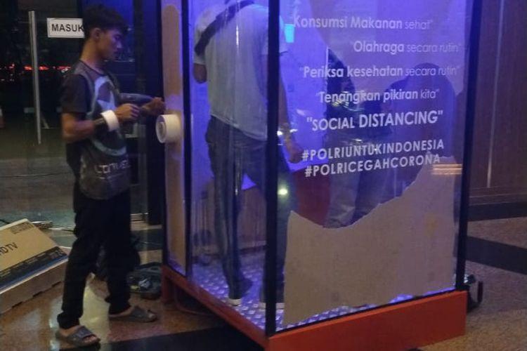 Polisi memasang tiga bilik disinfektan di gedung Polda Metro Jaya guna mengantisipasi penyebaran virus Corona.