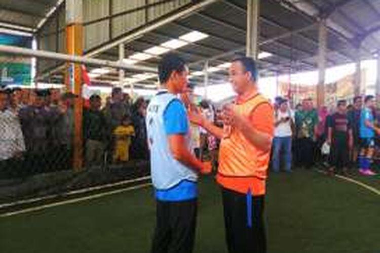 Pasangan calon gubernur dan calon wakil gubernur DKI Anies Baswedan dan Sandiaga Uno bermain futsal bersama di Lapangan Futsal di RT 07 RW 05 Jalan Penggilingan, Cakung, Jakarta Timur. Kamis (17/11/2016)