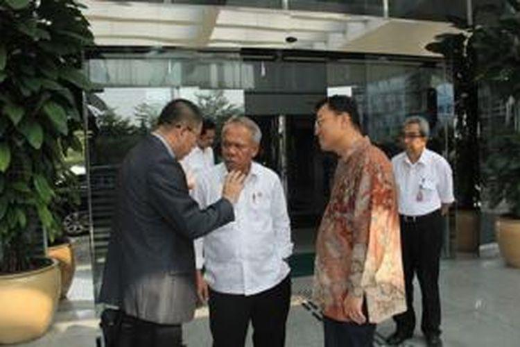 Menteri Pekerjaan Umum dan Perumahan Rakyat, Basuki Hadimuljono, berbincang dengan Duta Besar Tiongkok untuk Indonesia, Xie Feng, usai pertemuan membahas percepatan proyek infrastruktur yang dibiayai Tiongkok, Rabu (17/6/2015).