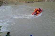 Tersambar Kereta Api, Pedagang Sayur Terlempar ke Sungai dan Hilang
