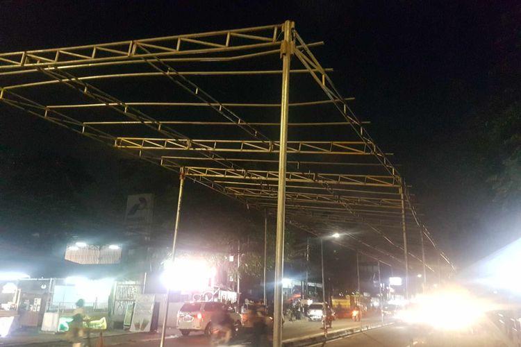 Tenda di ruas jalan KS Tubun Raya yang mengarah ke Tanah Abang telah terpasang pada Jumat (13/11/2020) malam. Tenda tersebut diperuntukan untuk kegiatan pernikahan anak Habib Rizieq pada Sabtu (14/11/2020).