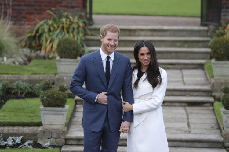 Pangeran Harry dan tunangannya, Meghan Markle saat diabadikan di Istana Kensington, London, Senin (27/11/2017).