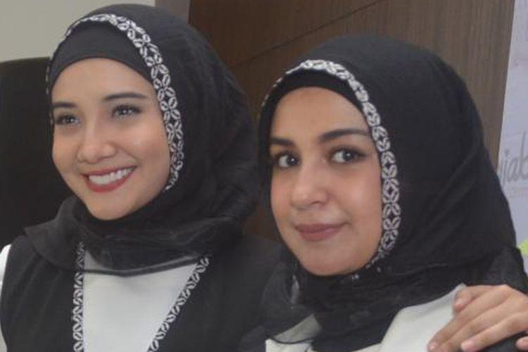 Shireen Sungkar (kanan) bersama kakaknya, Zaskia Sungkar, menghadiri acara Hijab Day 2016, di Mall Kota Kasablanka, Kuningan, Jakarta Selatan, pada Sabtu (9/4/2016).