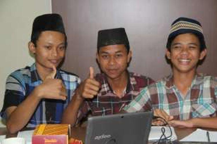 Tasripin (tengah), beserta sejumlah peserta pelatihan coding dengan metode bermain