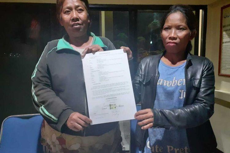 Dua perempuan yang diamankan karena kedapatan menyuruh anaknya mengemis di perempatan diperiksa aparat kepolisian, Senin (17/2/2020) malam.