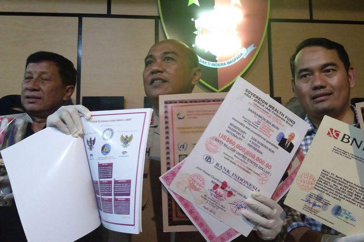 Kapolres Metro Tangerang Kota, Kombes Pol Sugeng Heriyanto memegang bukti surat-surat diklaim oleh Kerajaan Fiktif King of The King, Jumat (31/1/2020)