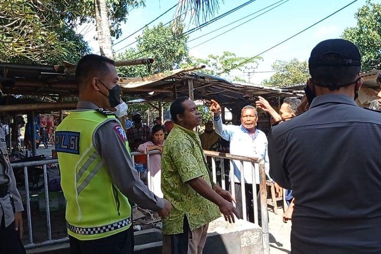 Sejumlah warga protes kepada petugas kepolisian dan meminta lokasi makam Loang Baloq dibuka.