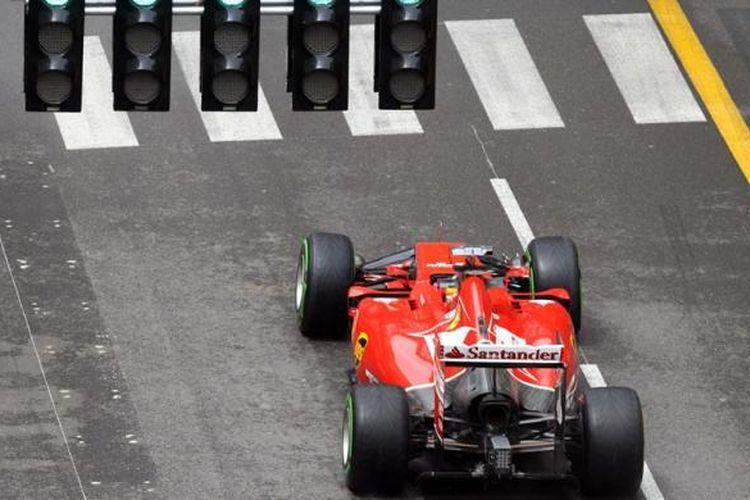 Pebalap Ferrari asal Spanyol, Fernando Alonso, membalap di sirkuit jalanan Monte Carlo pada sesi latihan kedua GP Monaco, Kamis (22/5/2014).