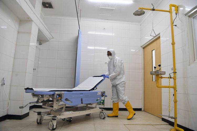 Petugas kesehatan mempersiapkan tempat tidur pasien ketika simulasi kesiapsiagaan di ruang isolasi di Rumah Sakit Pelindo Husada Citra (PHC), Surabaya, Jawa Timur, Jumat (13/3/2020). Simulasi tersebut untuk memastikan kesiapan sarana ruang isolasi dan peralatan medis dalam penanganan pasien Covid-19. ANTARA FOTO/Zabur Karuru/pd.