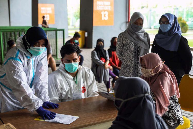 Tenaga kesehatan menggunakan alat pelindung diri (APD) menjelaskan proses pengambilan sampel darah di Stadion Patriot Chandrabhaga, Bekasi, Jawa Barat, Kamis (10/9/2020). Sebanyak 55 tempat tidur telah disiapkan pihak Pemerintah Kota Bekasi di stadion tersebut sebagai tempat untuk isolasi mandiri pasien Covid-19.