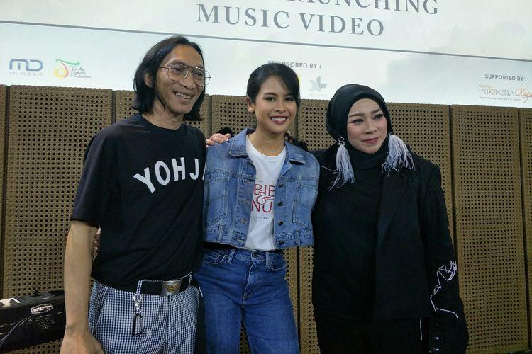 Artis peran dan penyanyi Maudy Ayunda (tengah) berfoto bersama Anto Hoed dan Melly Goeslaw dalam jumpa pers di Grand Indonesia, Jakarta Pusat, Rabu (3/7/2019).