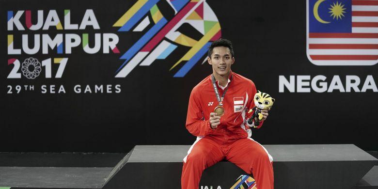 Pebulu tangkis Indonesia Jonatan Christie memperlihatkan medali emas ketika upacara  penganugerahan seusai mengalahkan pebulu tangkis Thailand Khosit Phetpradab pada final tunggal putra bulu tangkis SEA Games XXIX di Axiata Arena, Kompleks Stadion Bukit Jalil, Kuala Lumpur, Malaysia, Selasa (29/8/2017). Jonatan berhasil mempersembahkan emas setelah mengalahkan pebulu tangkis Thailand dengan skor 21-19, dan 21-10.