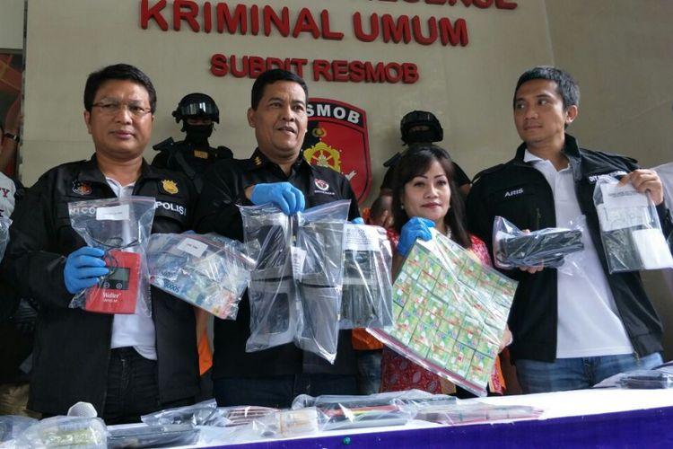 Polisi merilis kasus pembobolan uang nasabah bank dengan cara skimming di Mapolda Metro Jaya, Sabtu (17/3/2018).