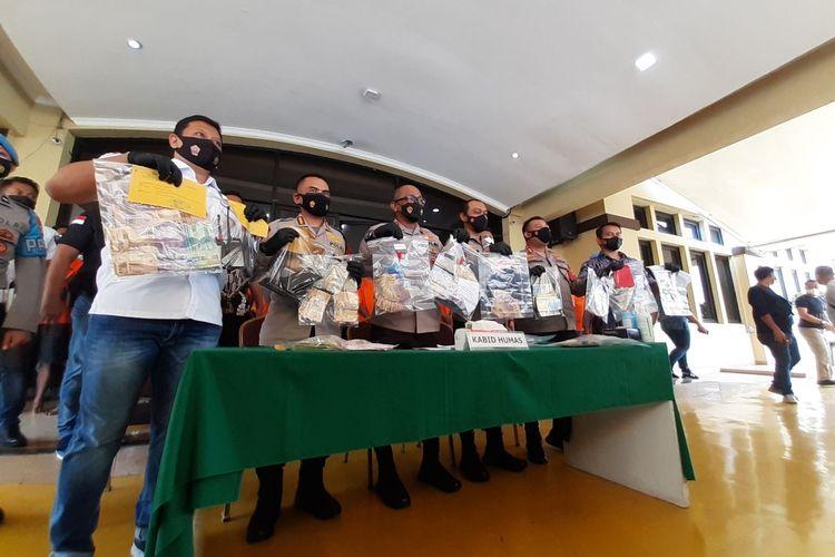 Kabid Humas Polda Metro Jaya bersama Jajaran Melihatkan 49 orang tersangka kasus pungutan liar