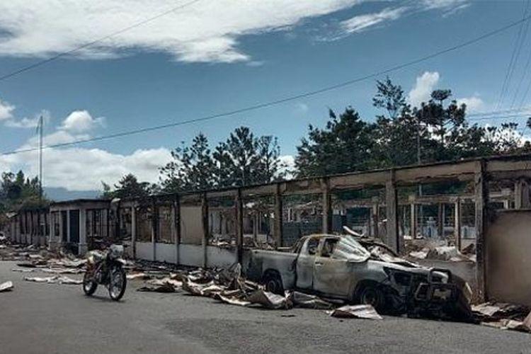 Puing-puing toko yang habis dibakar masa aksi ricuh di Wamena Senin (23/09) lalu