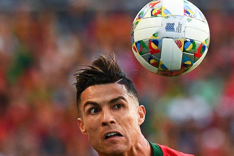 Pemain Portugal Cristiano Ronaldo melakukan sundulan saat melawan Belanda pada laga final UEFA Nations League di Stadion do Dragao, Porto, Minggu (9/6/2019) atau Senin dini hari WIB. Portugal berhasil menjadi juara UEFA Nations League seusai menang 1-0 atas Belanda.