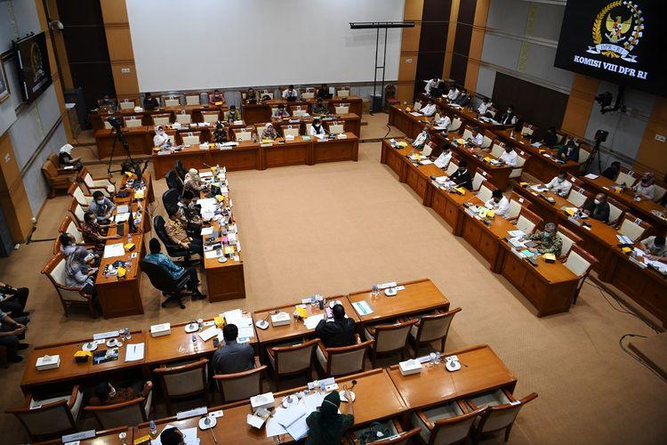 Suasana rapat kerja Menteri Agama dengan Komisi VII DPR di Kompleks Parlemen, Senayan, Jakarta, Senin (15/3/2021). Rapat kerja tersebut membahas persiapan penyelenggaraan ibadah haji 1442 H/2021 M dan vaksinasi jemaah haji. ANTARA FOTO/Hafidz Mubarak A/foc.