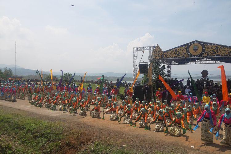 Sebanyak 5.555 penari ikuti Tari Umbul Kolosal di Waduk Jatigede, Sumedang, Jawa Barat, Selasa (31/12/2019) siang. AAM AMINULLAH/KOMPAS.com