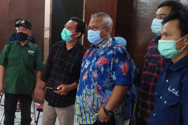 Ketua KPU Arief Budiman (tiga dari kanan) saat memantau proses rekapitulasi perolehan suara di Kecamatan Kebomas, Gresik, Sabtu (12/12/2020).