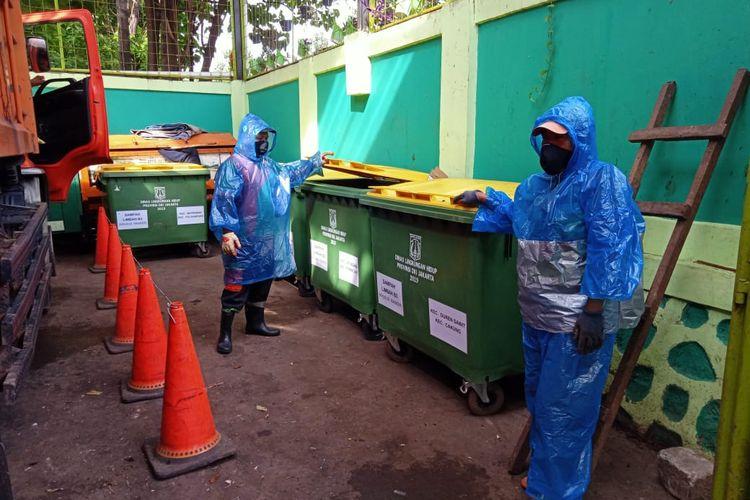 Petugas Kebersihan di lokasi tempat penampungan khusus sampah Masker sekali pakai.