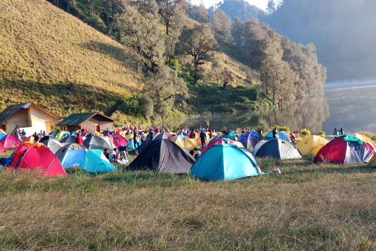 Eksotika Ranu Kumbolo yang dipenuhi kemah para pendaki Gunung Semeru, Sabtu (7/4/2018).