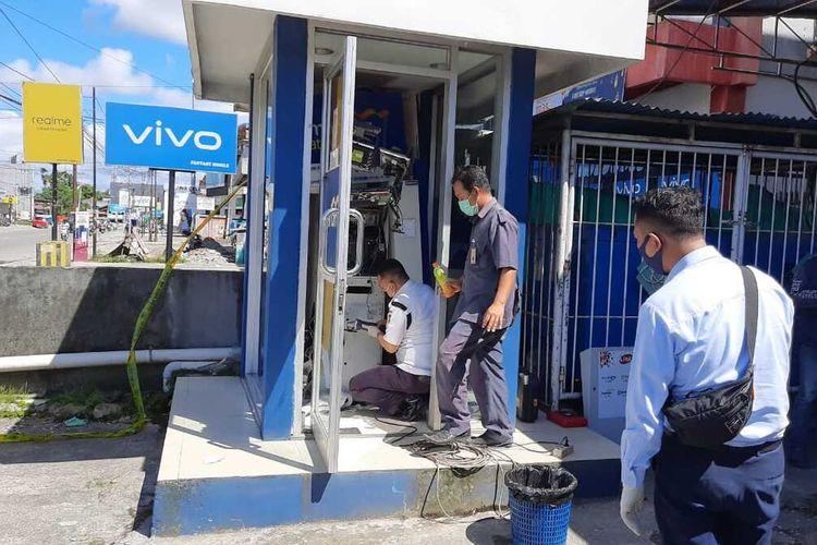 Pihak Bank Mandiri Cabang Mimika tengah membuka mesin ATM yang rusak berat untuk mengeluarkan uangnya, Selasa (26/5/2020)