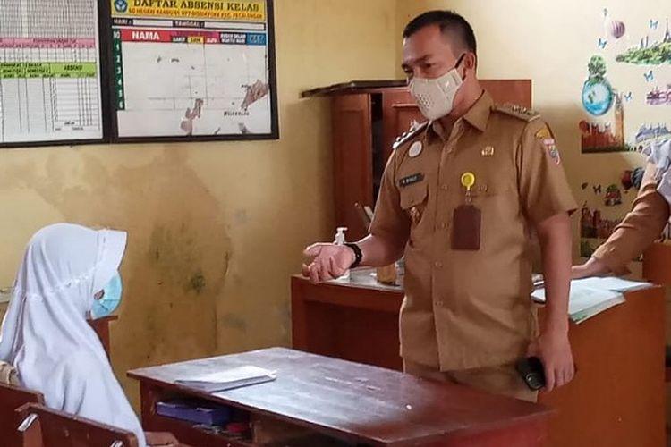 Bupati Batang Jawa Tengah Wihaji saat meninjau PTM di SD 1 Randu Kecamatan Pecalungan.