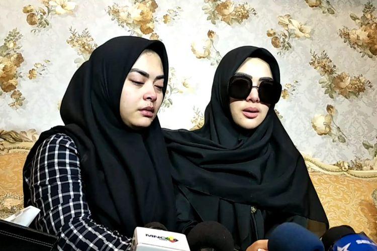 Aisyahrani dan Syahrini menceritakan penyebab kematian kakaknya, Ridwan Zaelani. Ridwan dimakamkan di kawasan Kebon Pede, Bogor, Jawa Barat, Rabu (26/9/2018).