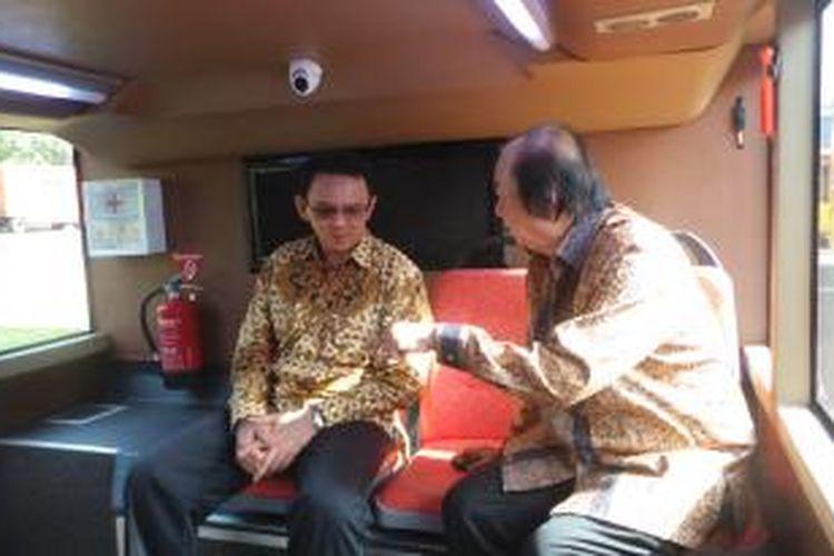 Gubernur DKI Jakarta Basuki Tjahaja Purnama bersama pendiri yayasan Tahir Foundation, Dato Sri Tahir saat melakukan serah terima lima unit bus tingkat gratis, Rabu (10/12/2014).