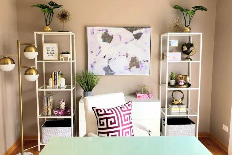 Ruang kerja dengan tema putih dan emas modern karya Joanna Whittaker