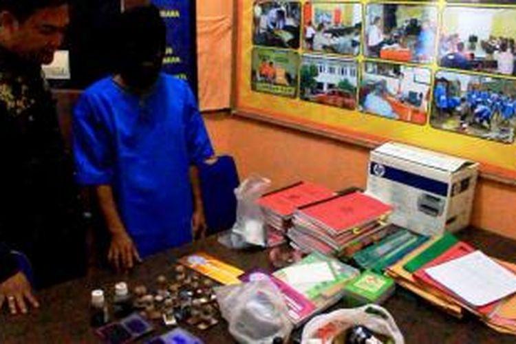 YH, terduga korupsi dana BOS di Kota Cirebon.