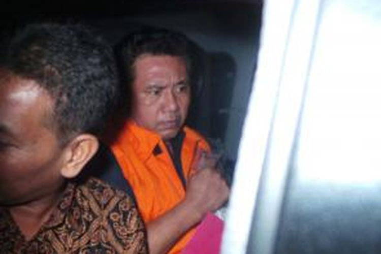 Tersangka kasus suap, Djodi Supratman, keluar dari Gedung KPK, Jakarta, Jumat (26/7/2013), usai menjalani pemeriksaan.