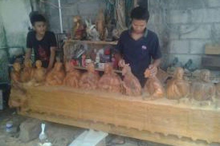Yunus Susanto, pematung kayu spesialis patung rohani saat memproses patung Perjamuan Terakhir.