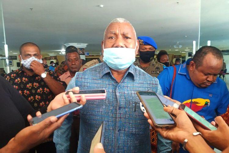 Gubernur Papua Barat, Domunggus Mandacan.