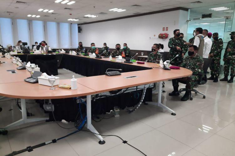 Panglima TNI Marsekal TNI Hadi Tjahjanto meninjau pelatihan tracer digital di Kantor Badan Nasional Penanggulangan Bencana (BNPB), Jakarta Timur, Senin (26/7/2021).