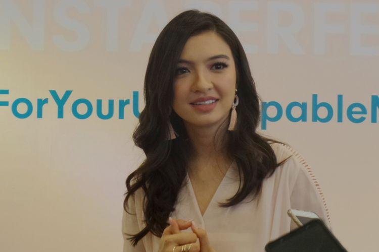 Brand Ambassador Wardah sekaligus Ikon Wardah Instaperfect Raline Shah dalam peluncuran rangkaian Wardah Instaperfect di Gandaria City Mall, Jakarta, Sabtu (6/10/2018).