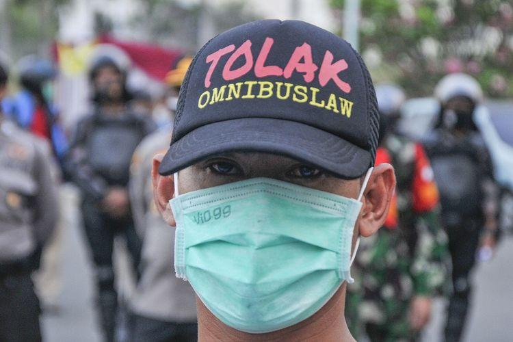 Seorang buruh berunjuk rasa di kawasan EJIP (East Jakarta Industrial Park), Cikarang, Kabupaten Bekasi, Jawa Barat, Senin (5/10/2020). Pada aksinya itu mereka menolak pengesahan RUU Cipta Kerja dan mengancam akan melakukan mogok kerja pada 6-8 Oktober 2020. ANTARA FOTO/Fakhri Hermansyah/pras.