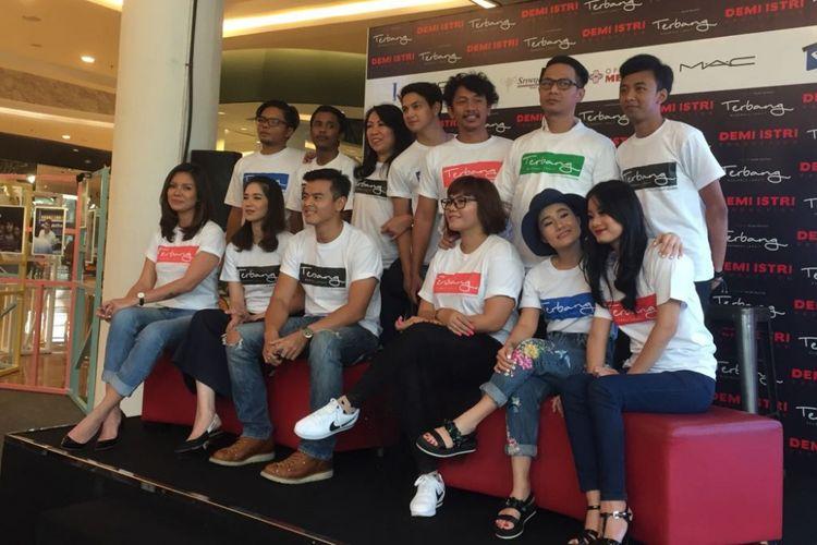 Para pemain film Terbang, Menuju Langit berpose dalam jumpa pers di Kuningan City, Jakarta Selatan, Senin (25/9/2017).