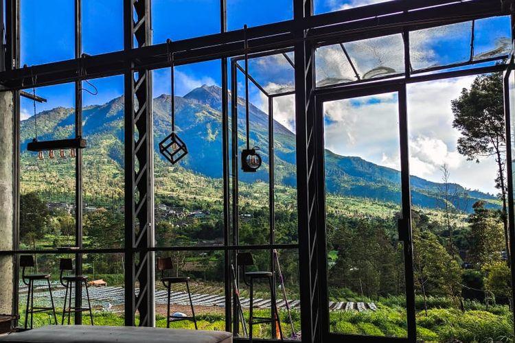Pemandangan Gunung Merapi yang tampak jelas dari bagian belakang kafe DeSeloKaton
