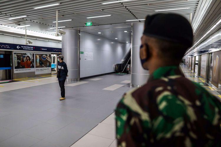 bPersonel TNI saat berjaga di Stasiun MRT Bundaran HI, Jakarta Pusat, Rabu (27/5/2020). Presiden Joko Widodo menginstruksikan Panglima TNI untuk mengerahkan personelnya dalam menertibkan masyarakat selama pemberlakuan pembatasan sosial berskala besar ( PSBB) untuk memutus mata rantai penularan Covid-19.