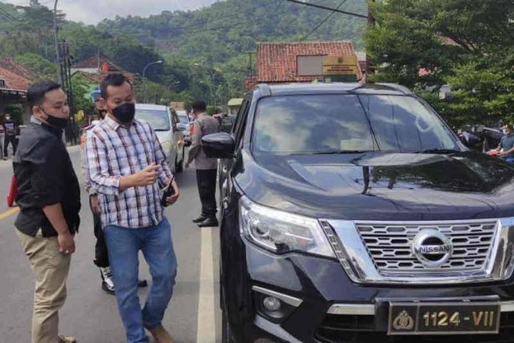 Petugas saat menghentikan kendaraan yang menggunakan pelat dinas kepolisian palsu.
