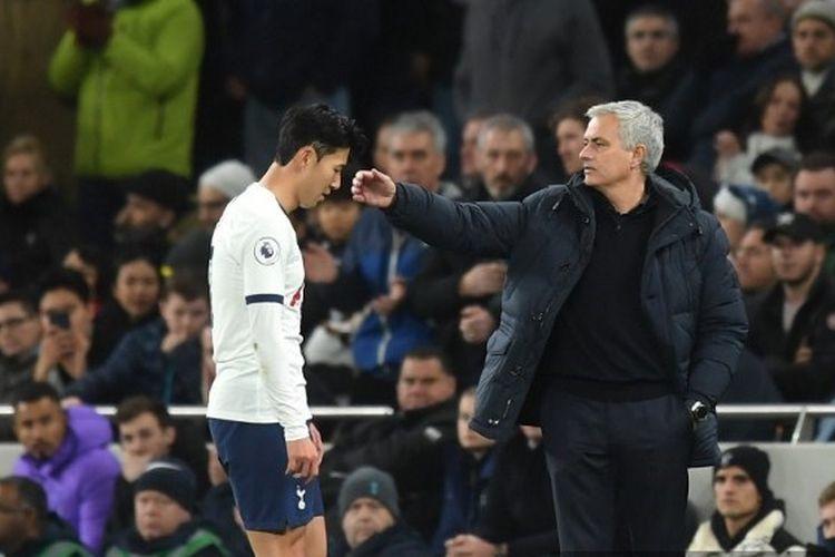 Heung-Min Son dari Tottenham Hotspur berjalan melewati Jose Mourinho, Manajer Tottenham Hotspur setelah ditunjukkan kartu merah selama pertandingan Liga Premier antara Tottenham Hotspur dan Chelsea FC di Stadion Tottenham Hotspur