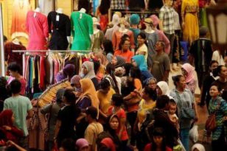 Kerumunan warga saat memilih dan membeli pakaian di kawasan Blok B Pasar Tanah Abang.